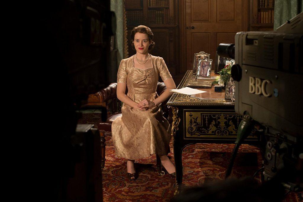 Fotograma de la serie The Crown en el que Isabel II es grabada por cámaras de TV.