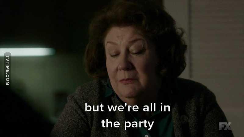 """Fotograma de un personaje de The Americans diciendo """"estamos todos en el partido"""""""